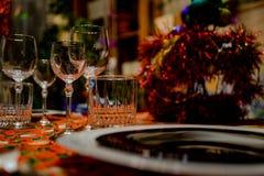 Szkieł naczynia na wakacje stole Nowego Roku wakacje obrazy stock