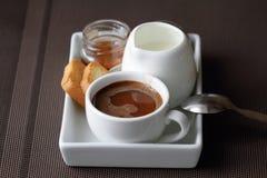 szklana śniadaniowa słoiku miodu dolewania scena Zdjęcia Royalty Free