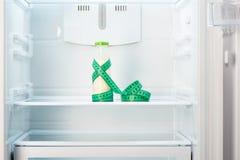 Szklana butelka jogurt z pomiarową taśmą na półce otwarta pusta chłodziarka Fotografia Stock