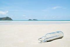 Szklana butelka na plaży Obraz Stock