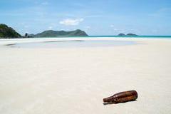 Szklana butelka na plaży Zdjęcie Royalty Free