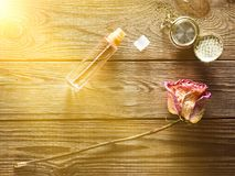 Szklana butelka z pachnidłem, suszy różanego, rocznika kieszeniowy zegarek obraz royalty free