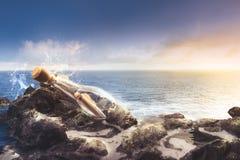 Szklana butelka z wiadomością przy morzem Obrazy Royalty Free