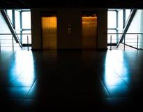 Szklana ściana z drzwi windy w budynku biurowym Fotografia Royalty Free