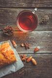 Szklana filiżanka herbata, Jabłczany strudel i acorns, zdjęcie royalty free