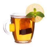 Szklana filiżanka herbata z cytryną i mennicą odizolowywającymi na białym backgroun Obraz Royalty Free