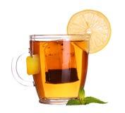 Szklana filiżanka herbata z cytryną i mennicą odizolowywającymi na białym backgroun Obrazy Royalty Free