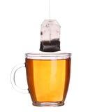 Szklana filiżanka herbata z herbacianą torbą odizolowywającą na bielu Zdjęcia Royalty Free