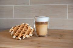 Szklana filiżanka multilayer kawa z mini stroopwafel, syrupwaffles ciastka na świetle - szary tło z kopii przestrzenią Obrazy Stock