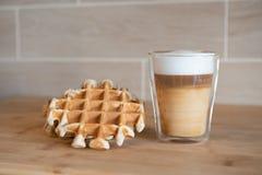 Szklana filiżanka multilayer kawa z mini stroopwafel, syrupwaffles ciastka na świetle - szary tło z kopii przestrzenią Zdjęcia Stock