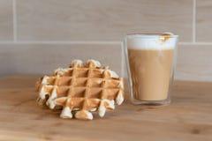 Szklana filiżanka multilayer kawa z mini stroopwafel, syrupwaffles ciastka na świetle - szary tło z kopii przestrzenią Obrazy Royalty Free