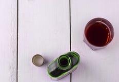 Szklana filiżanka z alkoholem i otwiera butelkę whisky Obraz Royalty Free