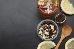 Szklana filiżanka Ziołowa herbata z akacja miodem na Czarnym tle i kwiatami, odgórny widok, kopii przestrzeń Zdrowie napoju ozięb fotografia stock