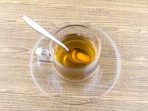 Szklana filiżanki herbata z łyżką Zdjęcia Stock