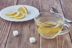 Szklana filiżanka zielona herbata i pokrojona cytryna Obraz Royalty Free