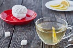 Szklana filiżanka zielona herbata i pokrojona cytryna Obrazy Royalty Free