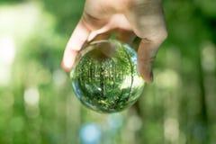 Szklana kula ziemska w ręce Fotografia Royalty Free