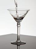 szklana Martini dolewania woda Fotografia Royalty Free