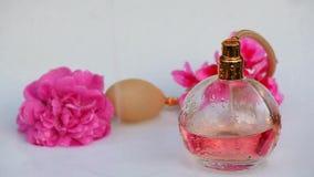 Szklana pachnidło butelki wody kropel menchii róża zbiory