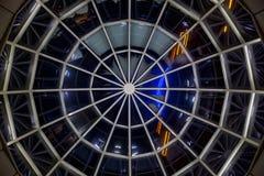 Szklana przejrzysta kopu?a, dolny widok przy noc? fotografia royalty free