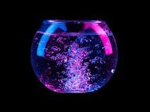 Szklana sfera z bąblami woda inside na czarnym tle obraz stock