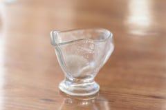 Szklana waza dla kumberlandu jest na stołowej drewnianej teksturze royalty ilustracja
