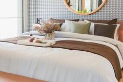 szklana waza roślina z drewnianą tacą na luksusowym łóżku w luksusowym łóżku Obraz Royalty Free