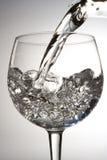 szklana wylewać wodę zdjęcie stock