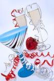 szklane świecenia lampki szampana, umowę plastikową serce nowego roku Zdjęcie Stock