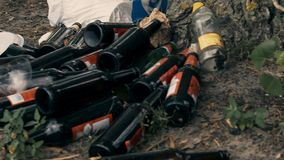 Szklane butelki i klingerytu jałowy prowadzić ekologiczny kryzys, zmiana klimatu zbiory wideo