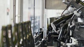 Szklane butelki na automatycznym konwejerze wykładają przy szampana lub wina fabryką Roślina dla butelkować alkoholicznych napoje zbiory