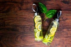 Szklane butelki woda z cytryną Obrazy Royalty Free