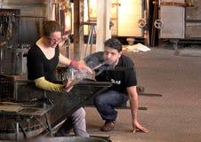 Szklane dmuchawy demonstrują ich rzemiosło w popularnej atrakcji turystycznej w Leusden zdjęcia stock