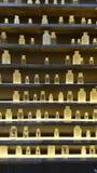 Szklane lek butelki na półkach obrazy stock