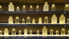 Szklane lek butelki na półkach zdjęcia stock