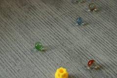Szklane piłki rozpraszać na ziemi fotografia stock