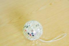 Szklane piłki z błyszczącym lekkim drewnem na ziemi Zdjęcie Royalty Free
