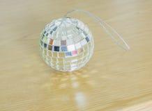 Szklane piłki z błyszczącym lekkim drewnem na ziemi Obraz Royalty Free