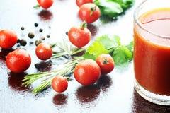 Szklane pomidorowego soku krople Obrazy Royalty Free