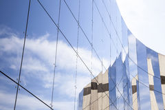 Szklane tafle na fasadzie handlowy budynek fotografia stock