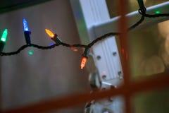 Szklane tafle pokazuje bożonarodzeniowe światła i drabinę obraz royalty free