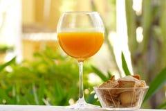 szklanego soku naturalna pomarańcze Zdjęcie Royalty Free