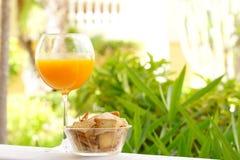 szklanego soku naturalna pomarańcze Zdjęcia Royalty Free