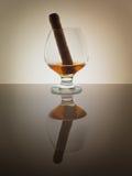 Szklanego whisky brandy koniaka tła światła gradientu Kubański cygarowy połysk Zdjęcia Royalty Free