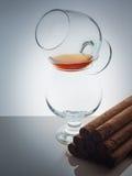 Szklanego whisky brandy koniaka tła światła gradientu Kubański cygarowy połysk Zdjęcie Royalty Free