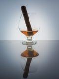 Szklanego whisky brandy koniaka tła światła gradientu Kubański cygarowy połysk Fotografia Royalty Free