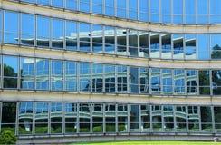 Szklanego Windows budynku biurowego odbicie Obrazy Stock