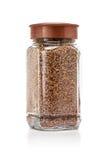 Szklanej butelki pakować liofilizująca kawa odizolowywająca na bielu Zdjęcia Royalty Free