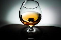 Szklani biali tło winiety naczynia z koniaka alkoholu herbatą Fotografia Stock