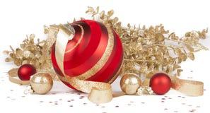 Szklani Bożenarodzeniowi ornamenty, na biel złociste gałąź Fotografia Stock